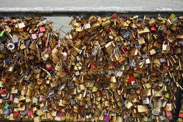Paris  Frankreich  Liebesschloesser am Gelaender der Pont Neuf