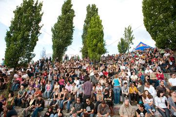 Berlin  Deutschland  Besucher im Mauerpark am Tag der Fete de la Musique