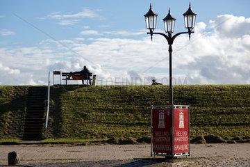 Neuwerk  Deutschland  Besucher auf dem Deich