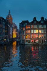 Amsterdam  Niederlande  Blick ueber einen Kanal am Abend