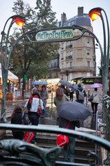 Paris  Frankreich  Passanten kommen aus der U-Bahnstation Parmentier