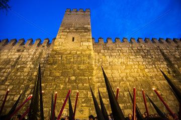 Sevilla  Spanien  Spitzhauben und Kerzen vor der Befestigungsmauer der Alcazar von Sevilla zur Semana Santa