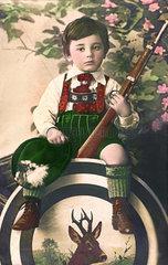 Kind mit Gewehr und Schuetzenscheibe  Postkarte  1910