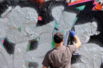 Berlin  Deutschland  Graffiti-Sprayer im Mauerpark in Berlin-Prenzlauer Berg