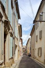 Chateauneuf-du-Pape  Frankreich  Wohnhaeuser und Gasse in Chateauneuf-du-Pape