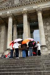 Berlin  Deutschland  Touristen warten bei Regen auf Einlass in den Reichstag