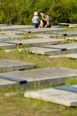 Breslau  Polen  Vater mit Kind auf Polnischen Soldatenfriedhof mit Gefallenen