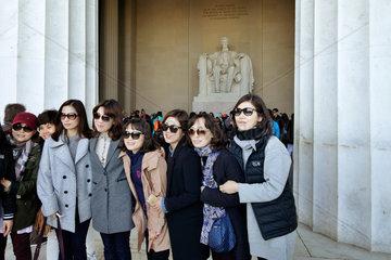 Washington D.C.  USA  Besucher vor der Lincolnstatue im Lincoln Memorial