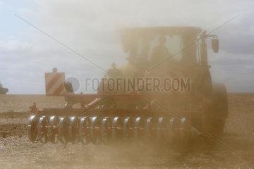 Ingelheim  Deutschland  Landwirt grubbert sein verdorrtes Feld