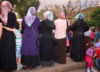 Berlin  Deutschland  Musliminnen mit Kopftuch beim MyFest in Kreuzberg
