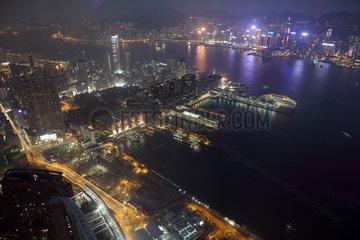 Hong Kong  China  Blick auf den Victoria Harbour und Hong Kong Island bei Nacht