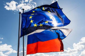 Berlin  Deutschland  Europaflagge und Flagge der Russischen Foederation wehen im Wind