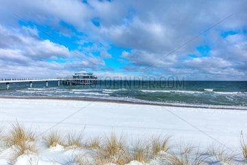 Winter an der Ostseekueste. Seeschloesschenbruecke  Timmendorfer Strand im Schnee