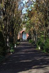 Berlin  Deutschland  neugotische Friedhofskapelle auf dem Friedhof Grunewald