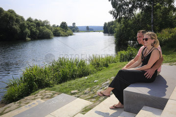 Junges Paar sitzt an der Ruhr  Essen  Ruhrgebiet  Nordrhein-Westfalen  Deutschland  Europa
