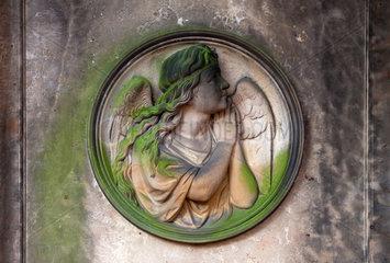 Berlin  Deutschland  ein Relief mit einem Engel auf dem Friedhof am Suedstern