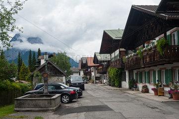 Garmisch-Partenkirchen  Deutschland  Traditionelle Wohnhaeuser entlang der Fruehlingstrasse
