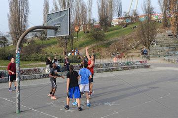 Berlin  Deutschland  Jugendliche spielen im Mauerpark Basketball