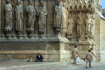 Reims  Frankreich  Bettler und Arbeiter vor dem Eingangsportal der Kathedrale Notre-Dame von Reims