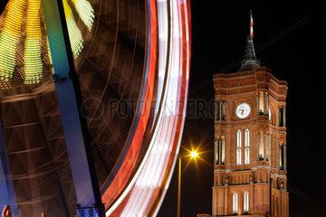 Berlin  Deutschland  Riesenrad vor dem angestrahlten Roten Rathaus am Abend