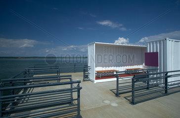 Senftenberg  Deutschland  schwimmender Steg mit Sitzbaenken in halbierten Containern im Sedlitzer See