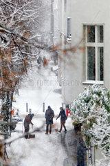 Berlin  Deutschland  Passanten in der schneebedeckten Bleibtreustrasse in Berlin-Charlottenburg