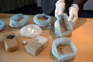 Berlin  Deutschland  ein Polizist praesentiert beschlagnahmtes Rauschgift