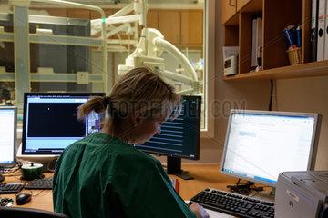Berlin  Deutschland  OP-Schwester vor Bildschirmen im Hybrid-OP des Vivantes Klinikum Am Urban