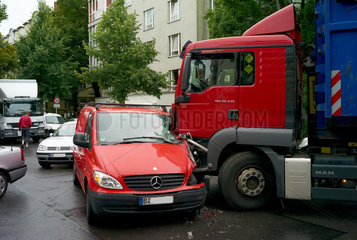 Berlin  Deutschland  Unfall  Vorfahrt missachtet beim Linksabbiegen