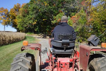 Clinton  USA  Bauer auf seinem Traktor am Maisfeld