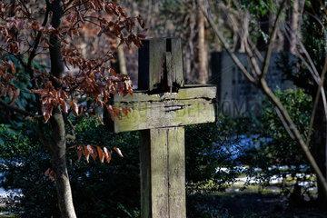Stahnsdorf  Deutschland  hoelzernes Grabkreuz auf dem Suedwestkirchhof