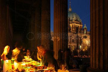 Berlin  Deutschland  ein Buffet am Alten Museum anlaesslich der Langen Nacht der Museen