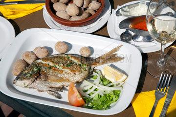 Las Playitas  Spanien  gegrillte Dorade mit den typischen kanarischen Kartoffeln