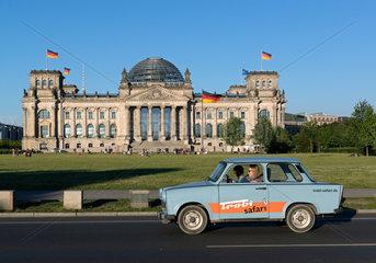 Berlin  Deutschland  Trabant 601 des Autoverleihers Trabi-Safari faehrt am Reichstag vorbei
