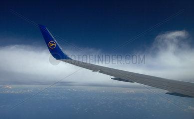 Nantes  Frankreich  Blick auf eine Tragflaeche eines Flugzeuges der Fluggesellschaft Condor