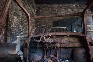 Berlin  Deutschland  ausgebranntes Auto in einer Garage im Prenzlauer Berg