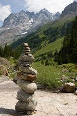 Lauterbrunnental  Schweiz  gestapelte Steine vor dem Berg Jungfrau
