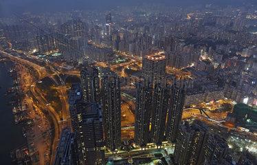 Hong Kong  China  Blick auf den Stadtteil Kowloon bei Daemmerung