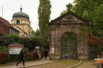 Berlin  Deutschland  Eingang zum Alten St.-Matthaeus-Kirchhof Berlin