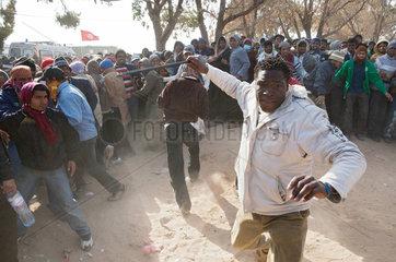 Ben Gardane  Tunesien  aufgebrachte Nigerianer im Fluechtlingslager Shousha