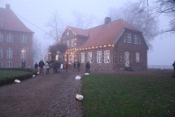 Dobersdorf  Deutschland  das Nebengebaeude des Herrenhauses an einem nebligen Tag auf Gut Dobersdorf