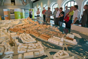 Hamburg  Deutschland  Touristen betrachten ein Stadtmodell von Hamburg und der HafenCity