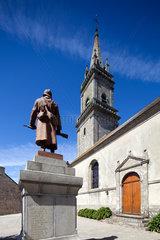 Ploemel  Frankreich  Kriegerdenkmal vor der Kirche Saint Andre