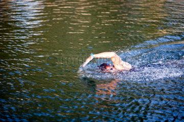 Vannes  Frankreich  ein junger Mann schwimmt im Meer
