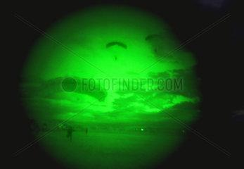 Kommandospezialkraefte der Bundeswehr  Fallschirmspringen bei Nacht  USA  2002