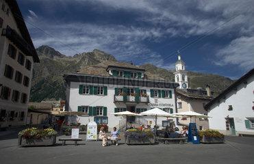 Sils Maria  Schweiz  Touristen in einem Cafe vor dem Rathaus in Sils Maria
