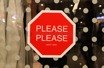 Hong Kong  China  Achtungsschild Please Please Shop Here an einem Schaufenster