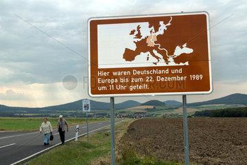 Geisa  Deutschland  Hinweisschild auf Teilung Deutschlands auf dem Gelaende der Gedenkstaette Point Alpha