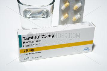 Berlin  Deutschland  eine Packung mit dem Medikament Tamiflu und ein Glas Wasser