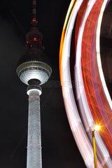 Berlin  Deutschland  Riesenrad vor dem Fernsehturm am Abend